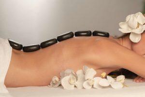 Masaż gorącymi kamieniami - jeden z najbardziej popularnych zabiegów wykonywanych w SPA